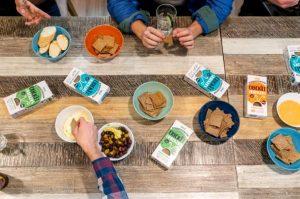 Bambini ed adulti assaggiano i crackers Crickets