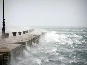 Il molo di Trieste in una giornata di Bora (foto: Max Pixel)