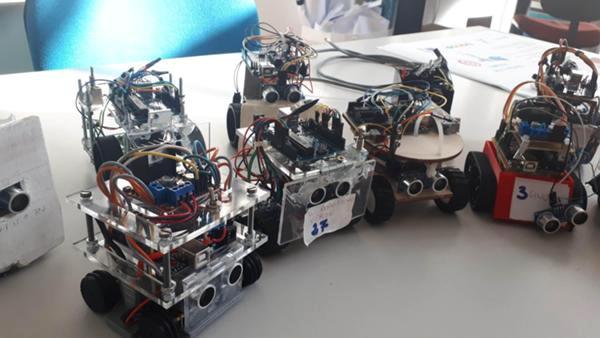 """I vari team di gara progettano i loro """"lottatori robot"""" con caratteristiche specifiche"""
