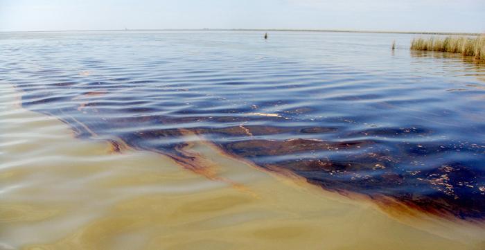 Uno sversamento di idrocarburi in mare (foto: coastguard.dodlive.mil)