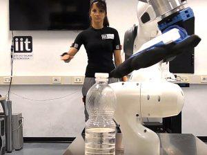 MOCA in funzione, controllato dai movimenti dell'operatrice (foto: IIT/YouTube)