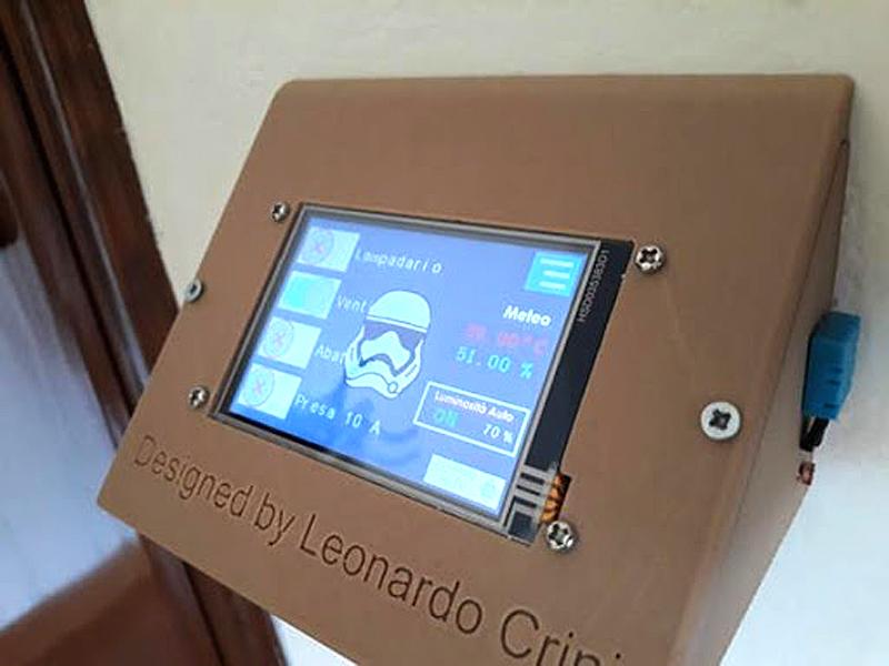 Un display touch del sistema DomoticaCRINI