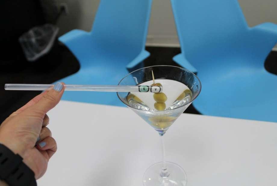 La cannuccia antistupro: cambia colore se nel drink c'è droga